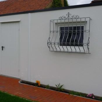 Fenster und Tür in einer Betongarage