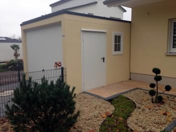 Einzelgarage mit Tor, Fenster und Tür