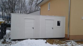 Doppelgarage aus Beton mit Tür