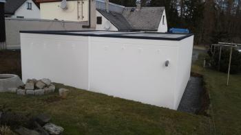 Doppelgarage mit grauer Dachrandabdeckung